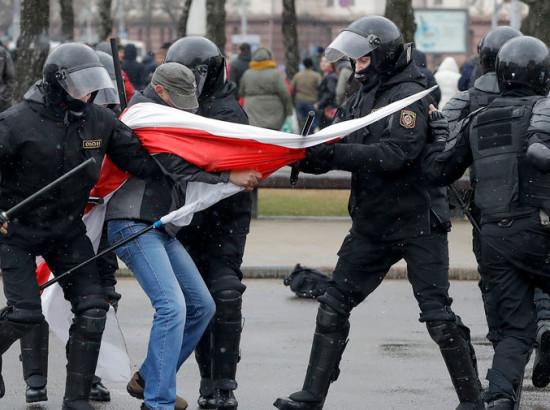 Разгон митингующих в Беларуси. Почему молчит Киев?